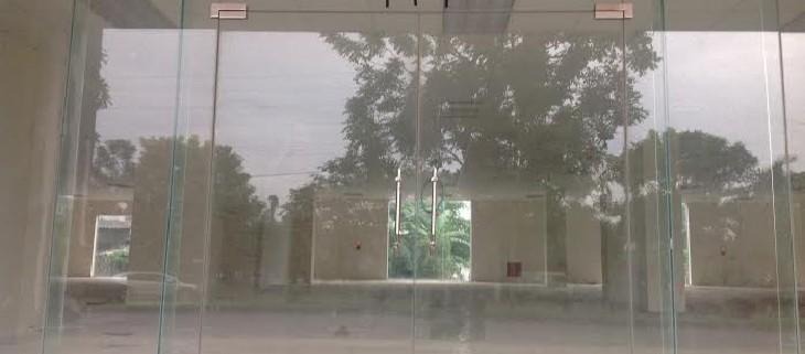 Các bước vệ sinh cửa kính cường lực