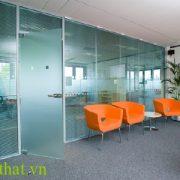 Vách kính cường lực văn phòng Vách kính cường lực thể hiện đẳng cấp của một văn phòng chuyên nghiệp