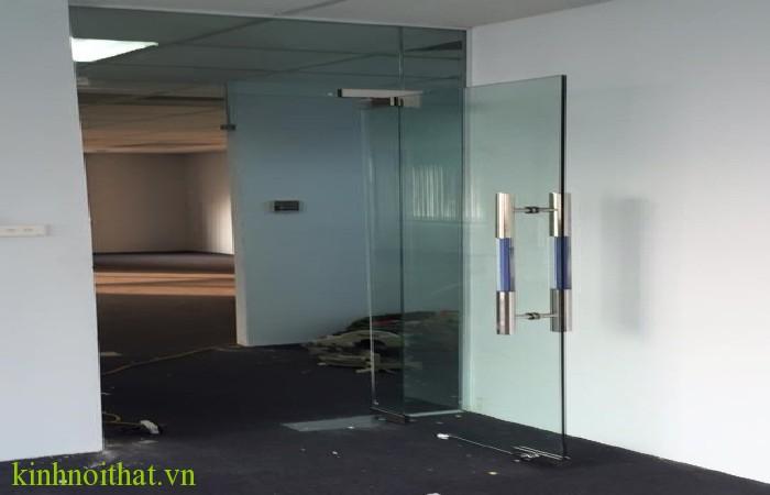 Cửa kính cường lực gia đình 2 Cửa kính cường lực gia đình an toàn và tiện dụng