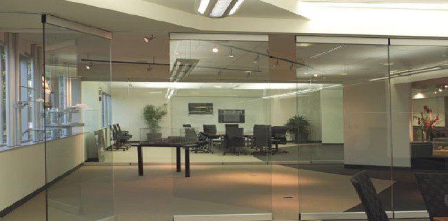 Cửa kính cường lực mang lại hiệu quả kinh ngạc trong kinh doanh So sánh sự khác nhau giữa vách ngăn nhôm kính và vách kính cường lực