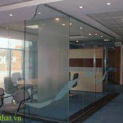 Vách kính cường lực an toàn 1 Nên dùng vách kính cường lực hay vách kính dán an toàn cho căn hộ nhà mình
