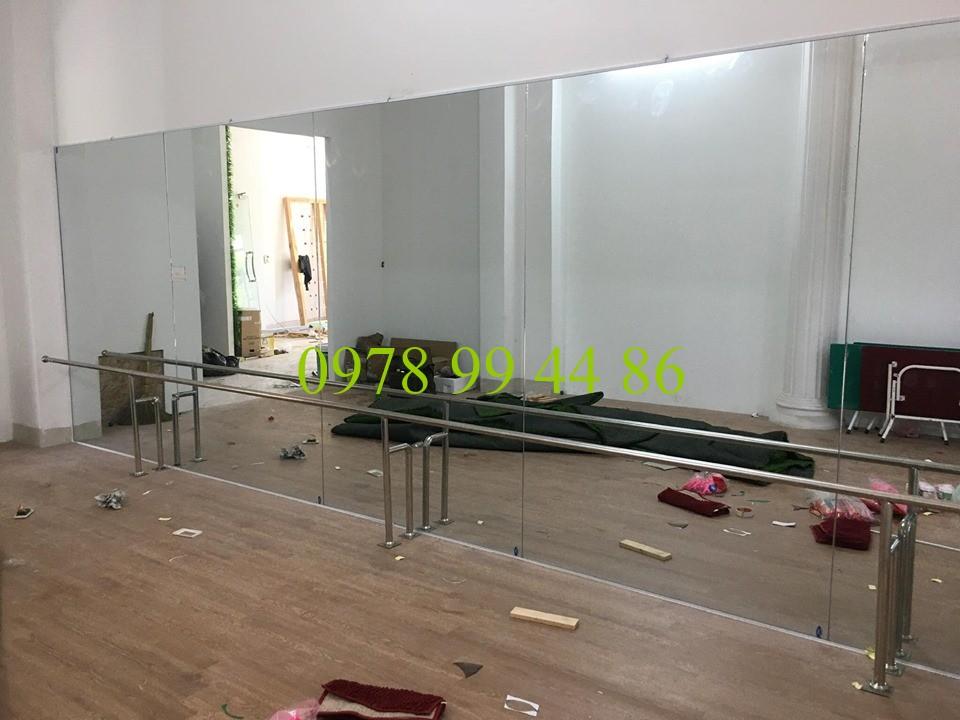 Gương phòng tập 3245 Gương phòng tập và gióng múa inox song hành cùng nhau tạo nên 1 phòng tập đẹp và hiện đại