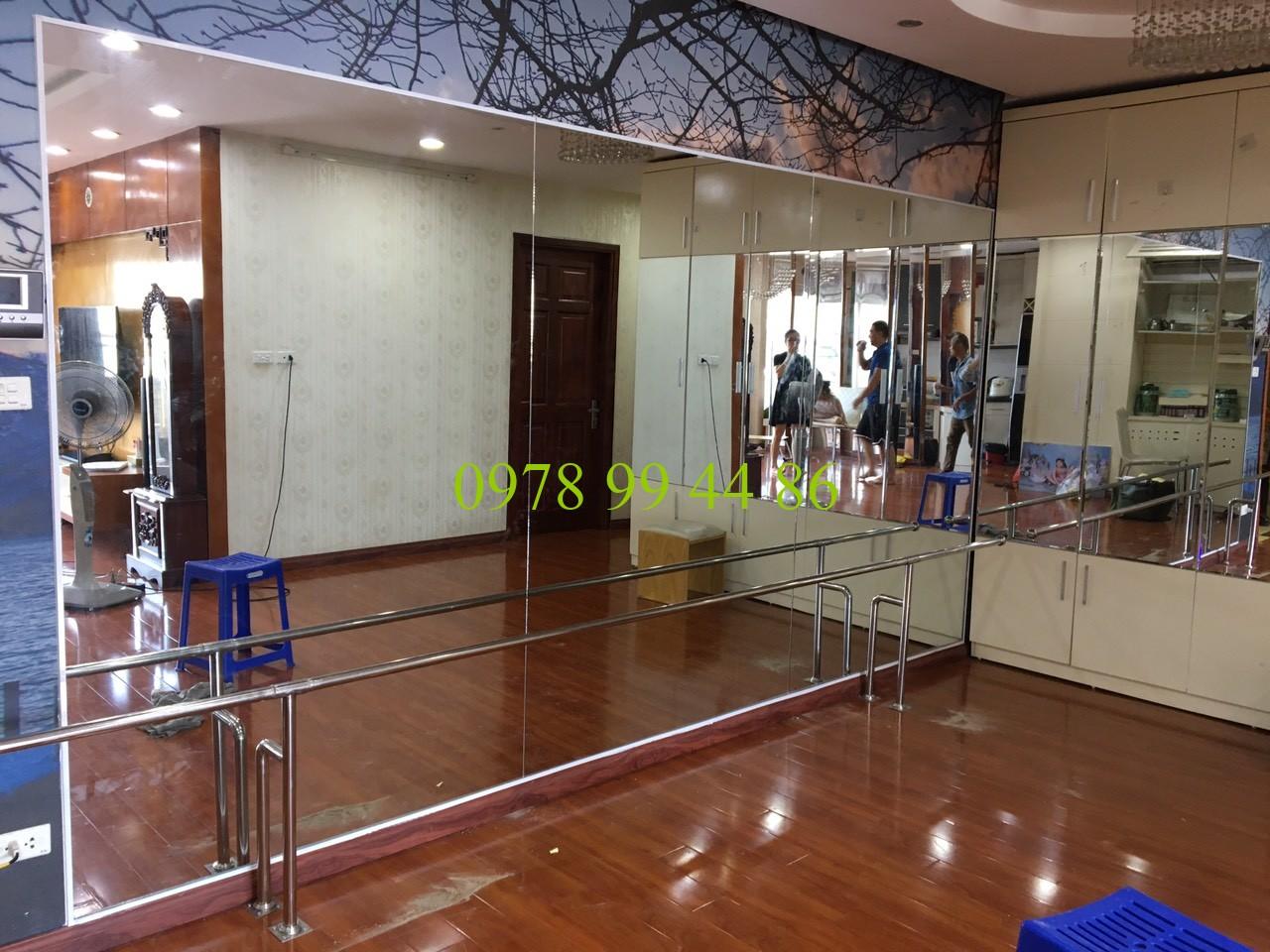Gương phòng tập 9879 Gương phòng tập và gióng múa inox song hành cùng nhau tạo nên 1 phòng tập đẹp và hiện đại