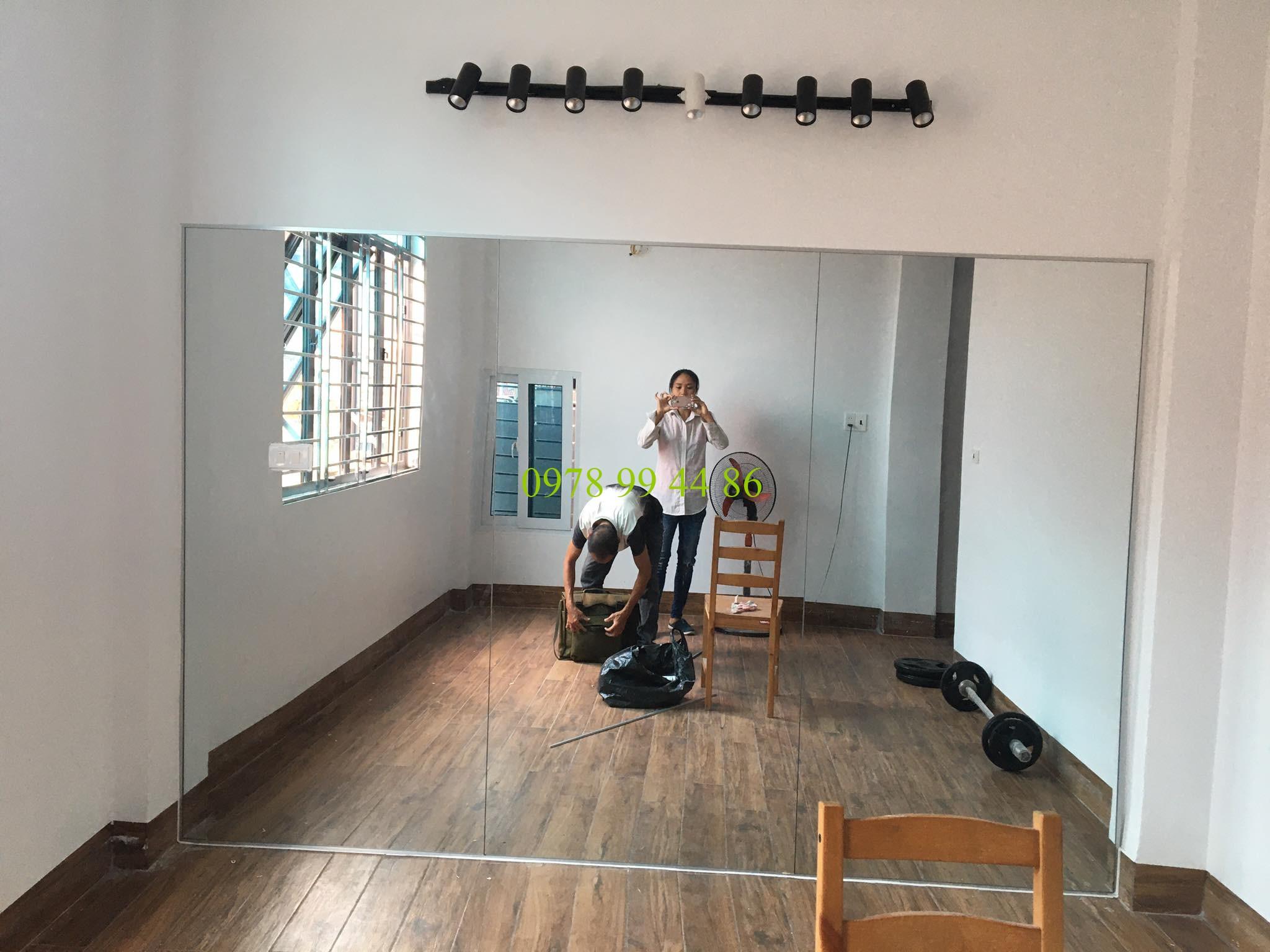 Gương phòng tập u85-05 Gương phòng tập khi lắp đặt có khó không ?