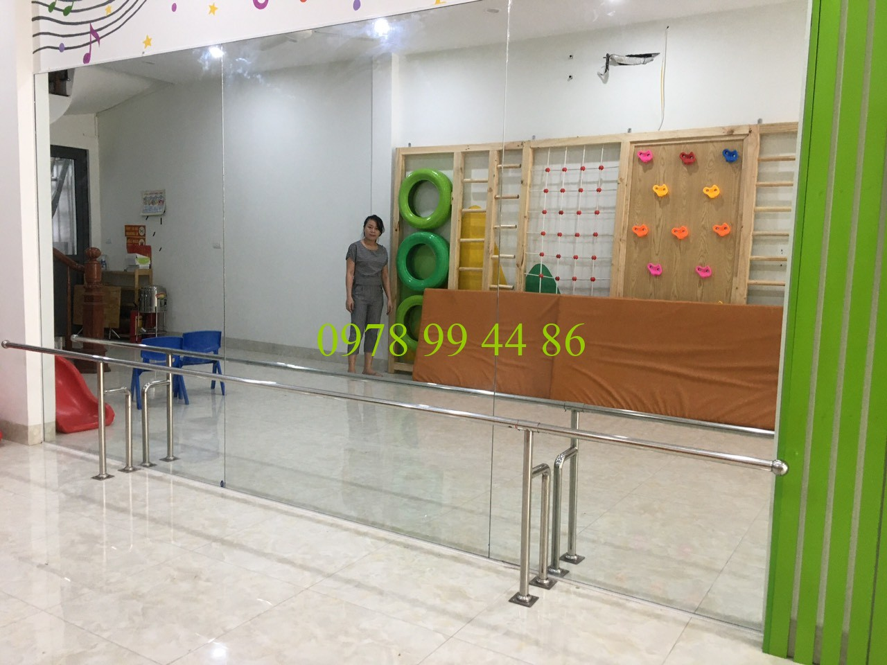 Gương phòng tập 980ki Gương phòng tập khi lắp đặt có khó không ?