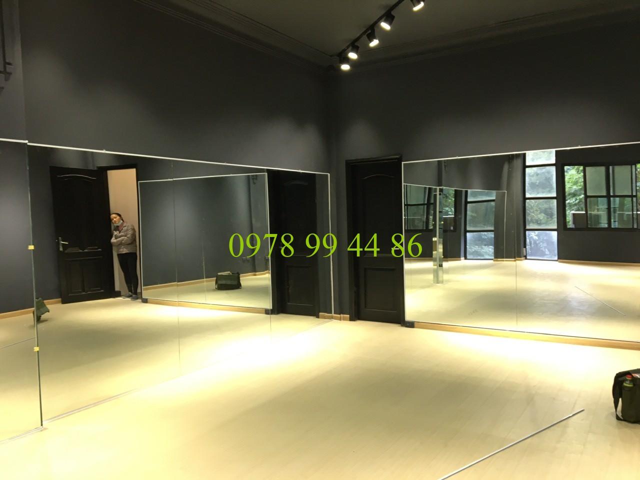 Gương phòng tập gym23134 Gương phòng tập khi lắp đặt có khó không ?
